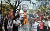 В Индии SUCI сожгли чучело Путина из-за мумии Ленина